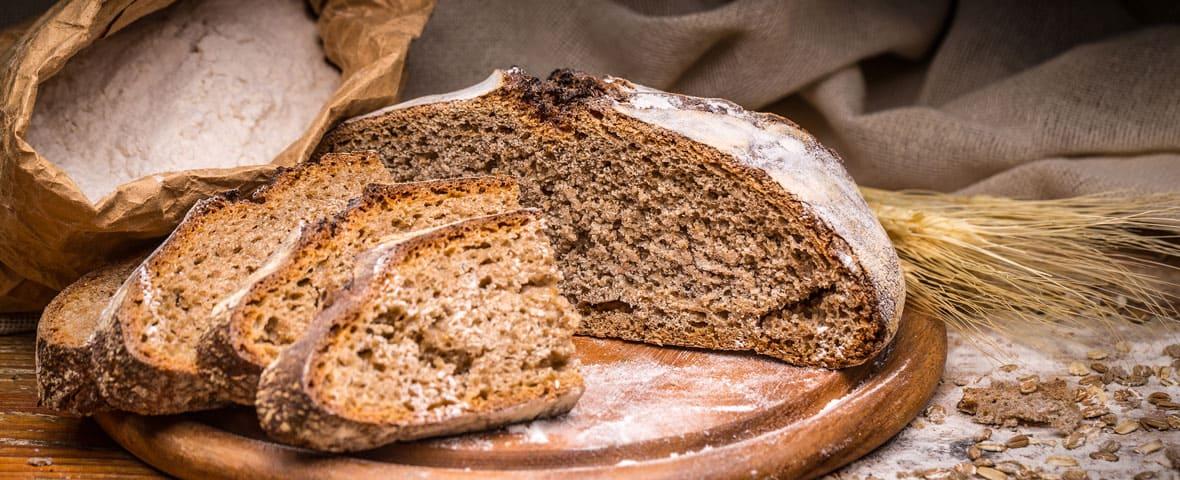 Dunkles Brot aufgeschnitten