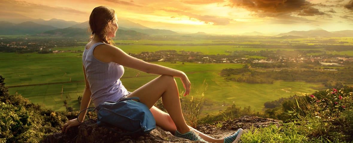Frau entspannt vor Panorama