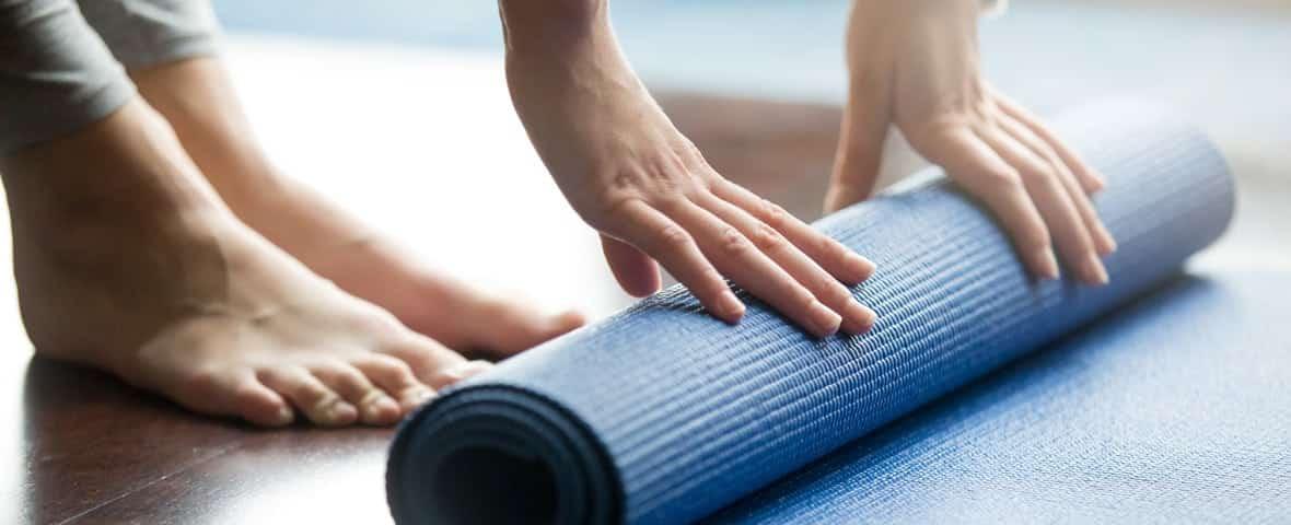 Füße und Yogamatte
